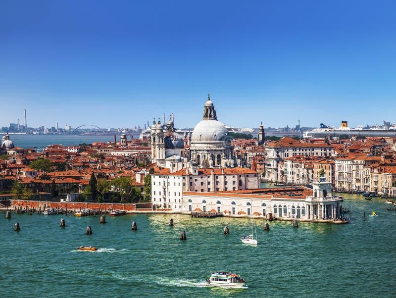 Panoramautsikt på Venedig och basilikadina Santa Maria della Salute från klockatornet av domkyrkan av San Giorgio Maggiore royaltyfri bild