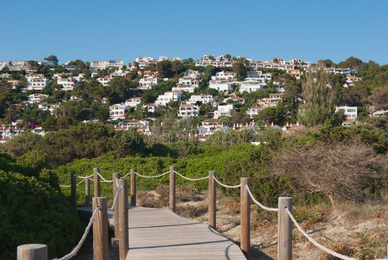 Panoramautsikt på vita hus med strandbanan av den spanska ön royaltyfri foto