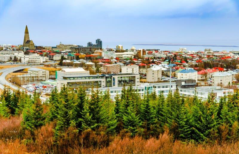 Panoramautsikt Reykjavik, Island med sikter av den Hallgrimskirkja domkyrkan arkivfoton
