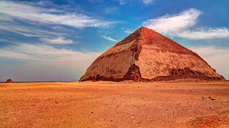Panoramautsikt till Bent Pyramid av Sneferu Pharao på Dahsur, Egypten arkivfoto