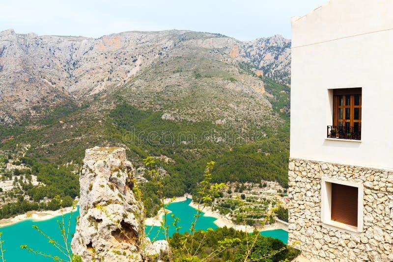 Panoramautsikt till det h?rliga landskapet i bergbyn Guadalest, Spanien royaltyfri bild