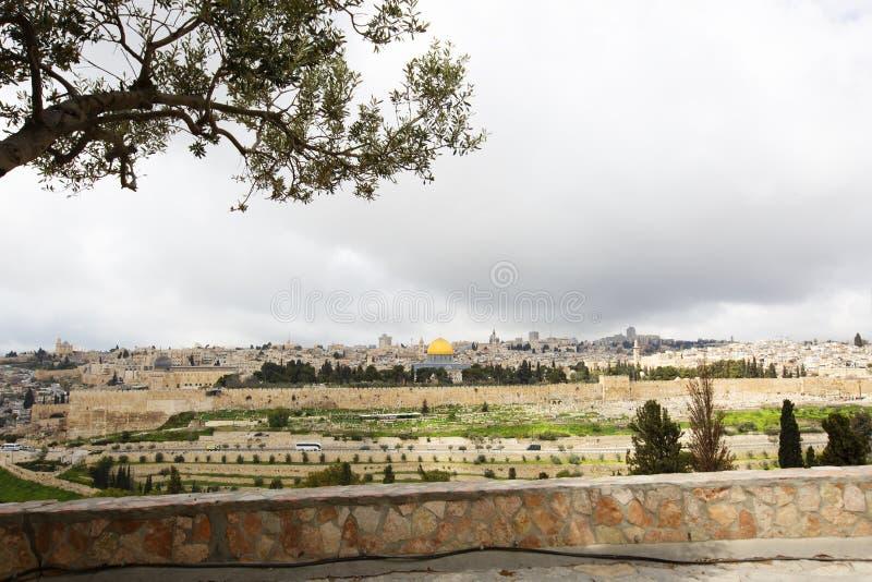 Panoramautsikt till Jerusalem den gamla staden från Mountet of Olives, Israel royaltyfria foton
