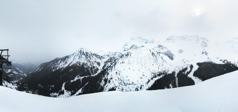 Panoramautsiktberg som omger den Arabba byn Dolomitefjällängar Sella Ronda italy royaltyfri fotografi
