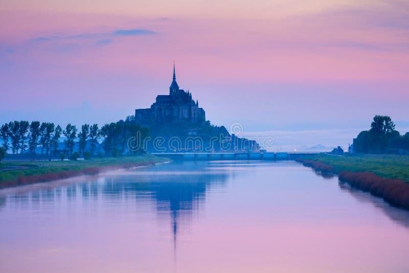 Panoramautsikten av den berömda tidvattens- ön för Le Mont Saint-Michel i är arkivbilder