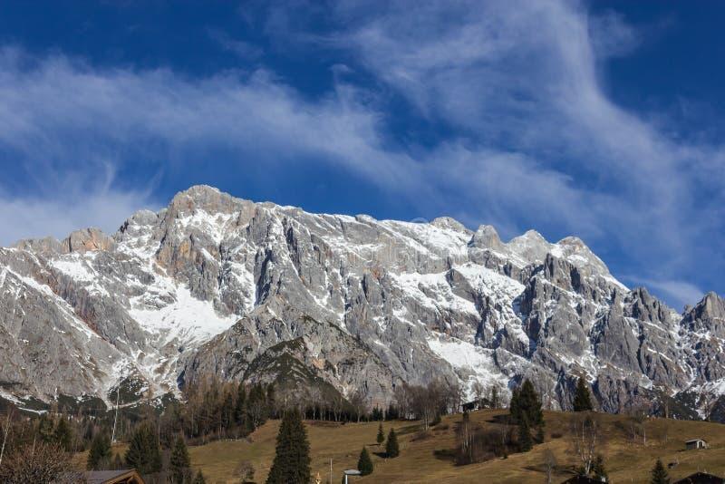 Panoramautsikten av den idylliska vinterunderland med berget överträffar I royaltyfri fotografi