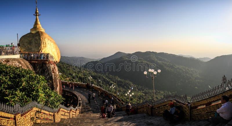 Panoramautsikten av den Kyaiktiyo pagoden som är bekant som guld-, vaggar också på solnedgången, det måndag tillståndet, Myanmar arkivbilder