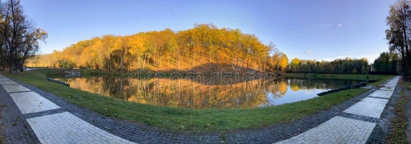 Panoramautsikten av den lugna sjön och träd i parkerar arkivfoto