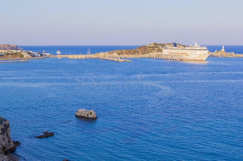 Panoramautsikten av den stora vita kryssningeyeliner står på skeppsdocka i hamn på port i varmt solnedgångljus, Ibiza, Balearic I royaltyfri fotografi