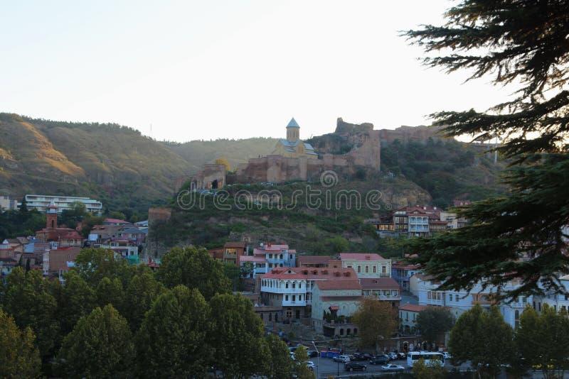 Panoramautsikten av gamla Tbilisi, Georgia With Narikala Fortress In bakgrunden fotografering för bildbyråer