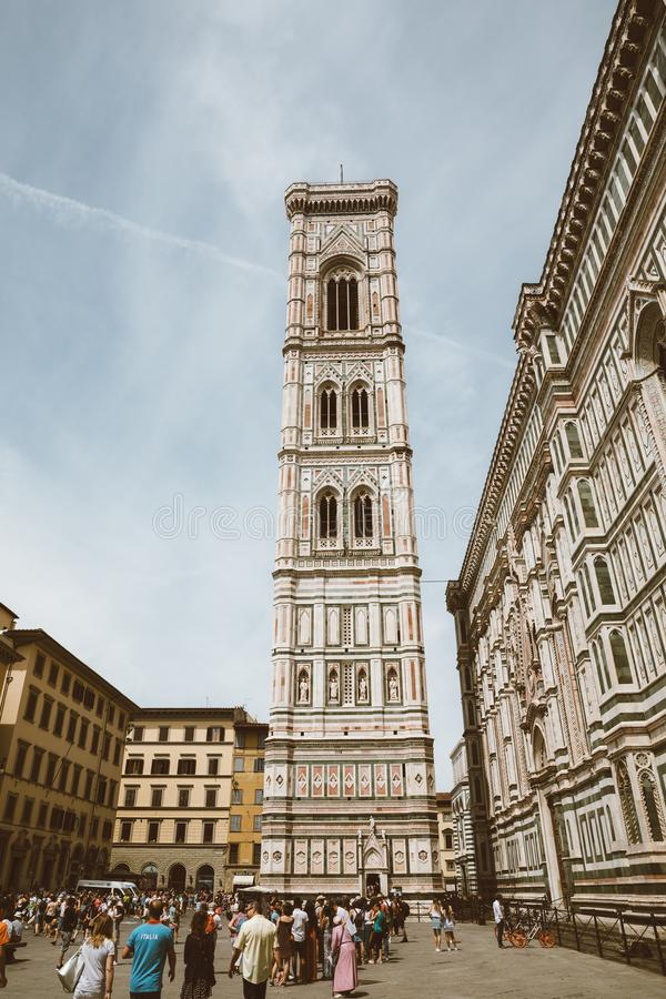 Panoramautsikten av Giottos Campanile är campanilen är delen av Florence Cathedral arkivbild
