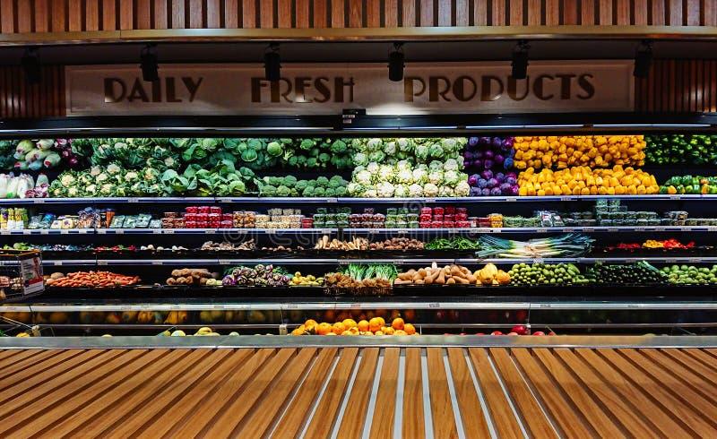 Panoramautsikten av grönsaken stannar räknaren i supermarket fotografering för bildbyråer
