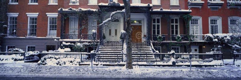 Panoramautsikten av historiska hem och Gramercy parkerar, Manhattan, New York City, New York efter vintersnöstorm royaltyfri bild
