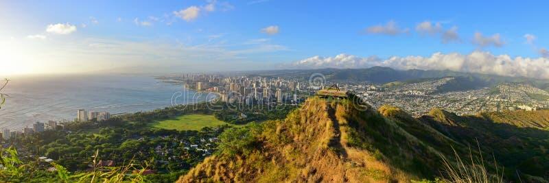Panoramautsikten av Honolulu och Waikiki sätter på land område från toppmöte av den Diamond Head vulkan fotografering för bildbyråer