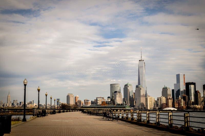Panoramautsikten av lägre Manhattan från Jersey City, NY, USA från parkerar fotografering för bildbyråer