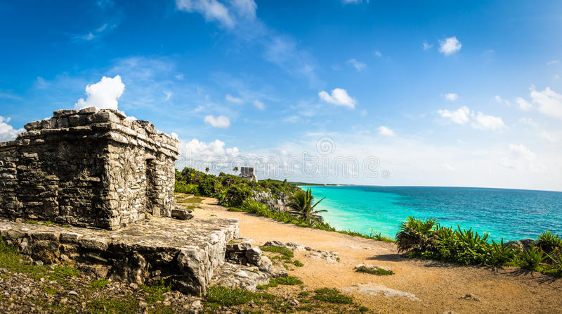 Panoramautsikten av Mayan fördärvar och det karibiska havet - Tulum, Mexico royaltyfri bild