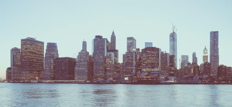 Panoramautsikten av New York det finansiella området och Lower Manhattan på gryning som beskådas från den Brooklyn bron, parkerar royaltyfria foton
