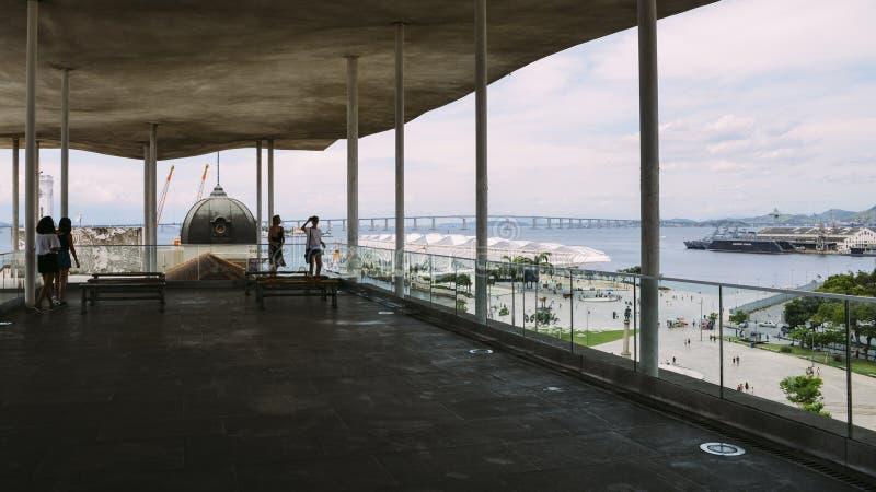 Panoramautsikten av Praca Mauau och Guanabara skäller i Rio de Janeiro, Brasilien Fångat på den Rio Art Museum terrassen arkivbilder