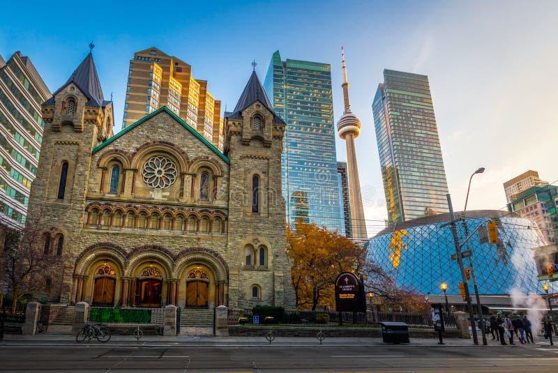 Panoramautsikten av presbyterianska kyrkan för St Andrew ` s och CN står högt - Toronto, Ontario, Kanada royaltyfri fotografi