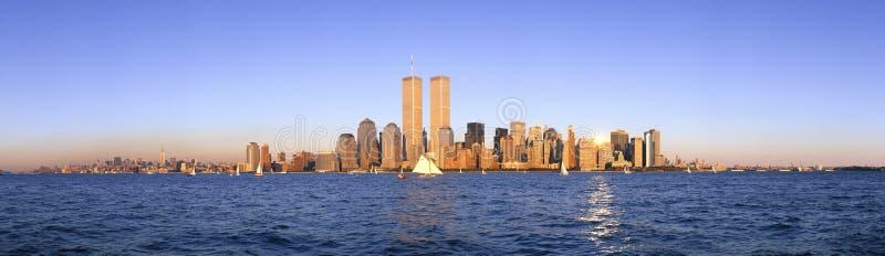 Panoramautsikten av segelbåten på Hudson River, lägre Manhattan och New York City horisont, NY med internationell handel står hög royaltyfria foton
