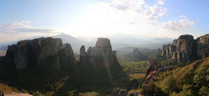 Panoramautsikten av vaggar och kloster av Meteora, Grekland royaltyfri foto