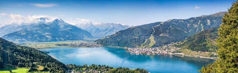 Panoramautsikten av Zell f.m. ser, Österrike arkivbilder
