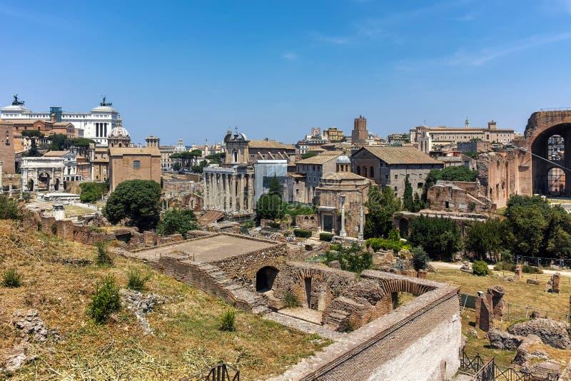 Panoramautsikten från den Palatine kullen till fördärvar av Roman Forum i stad av Rome arkivfoto