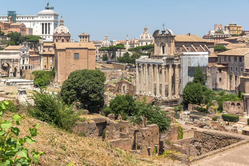 Panoramautsikten från den Palatine kullen till fördärvar av Roman Forum i stad av Rome, Italien royaltyfria foton