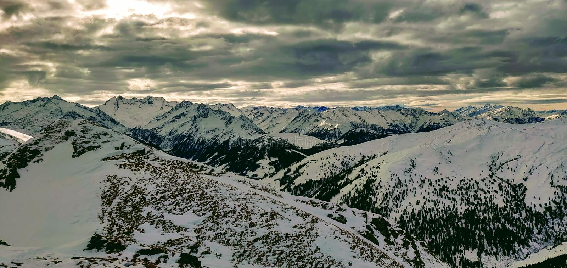 Panoramautsikten i Tirol under Ski turnerar arkivbilder