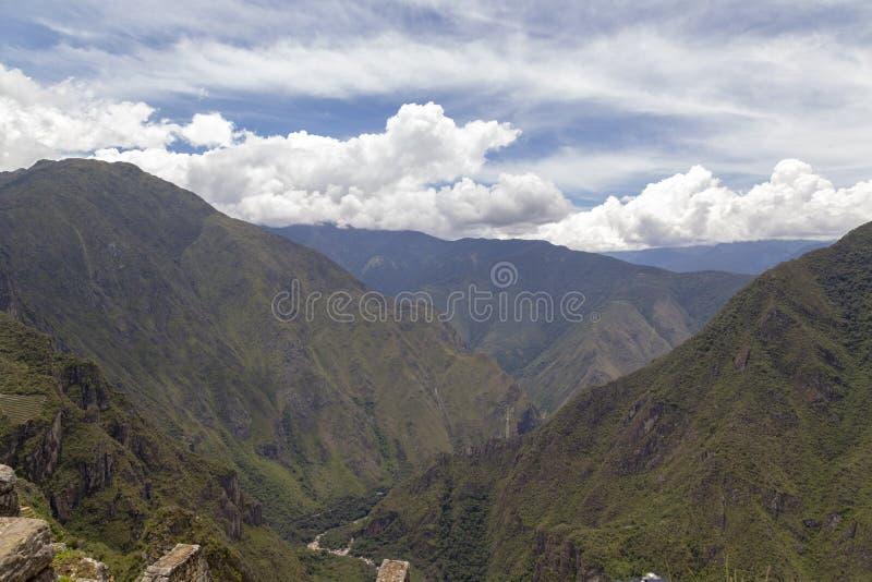 panoramautsikten Machu Picchu, Peru - f?rd?rvar av den Inca Empire staden och det Huaynapicchu berget, den sakrala dalen arkivfoto