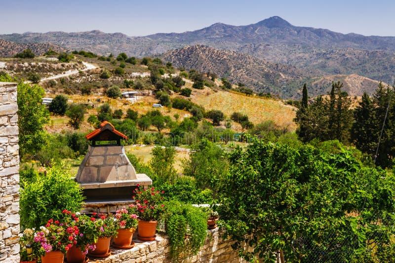 Panoramautsikten på Kato Lefkara - är den mest berömda byn i de Troodos bergen Limassol omr?de, Cypern, medelhav arkivfoto
