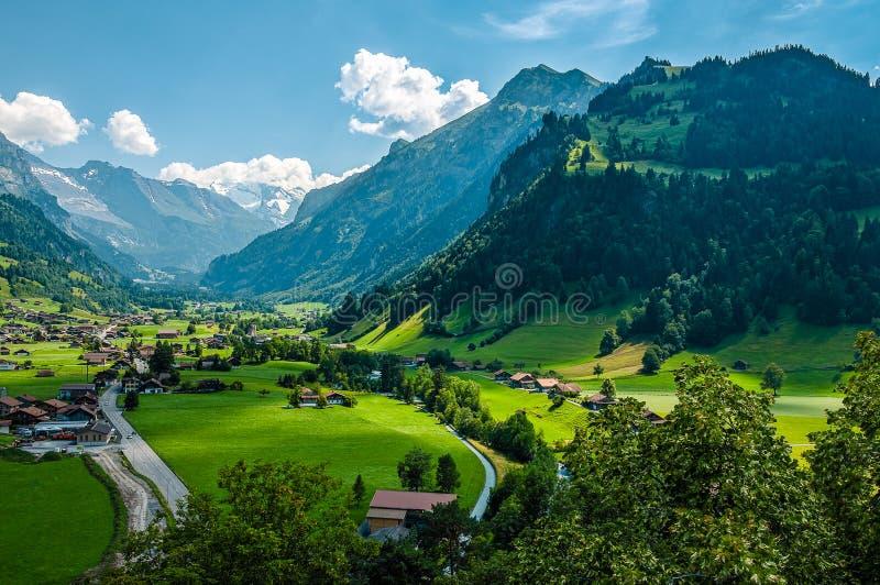 Panoramautsikten på schweizaren Zillertal från den Tellenburg slotten fördärvar royaltyfri foto
