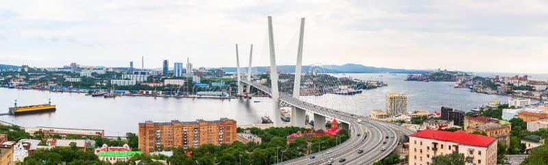 Panoramautsikten på Zolotoy den guld- bron är denblivna bron över Zolotoyen Rog eller guld- horn i Vladivostok arkivfoto