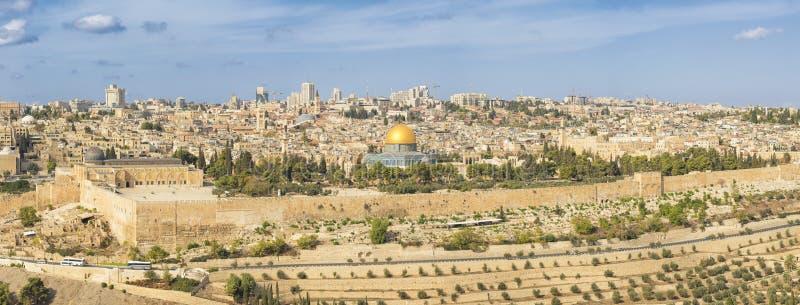 Panoramautsikten till Jerusalem den gamla staden och templet monterar royaltyfri fotografi