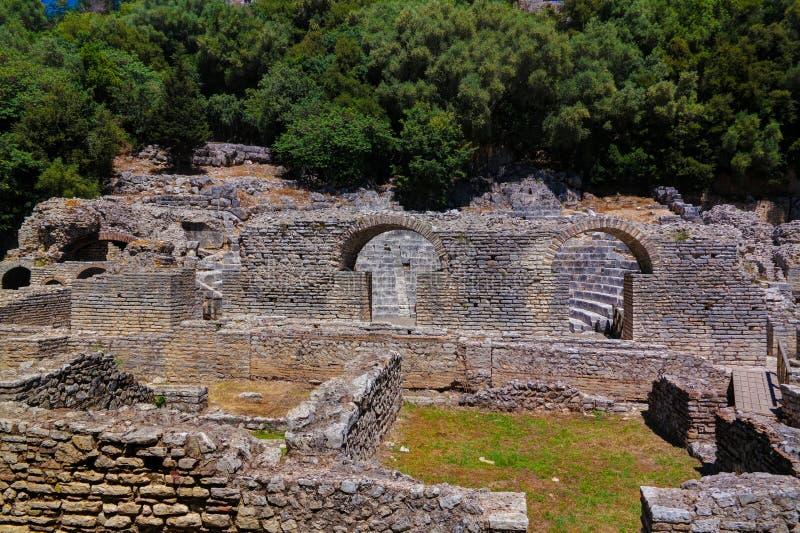 Panoramautsikten till marknadsplatsen och teatern fördärvar av den forntida staden av Butrint, Sarande, Albanien fotografering för bildbyråer