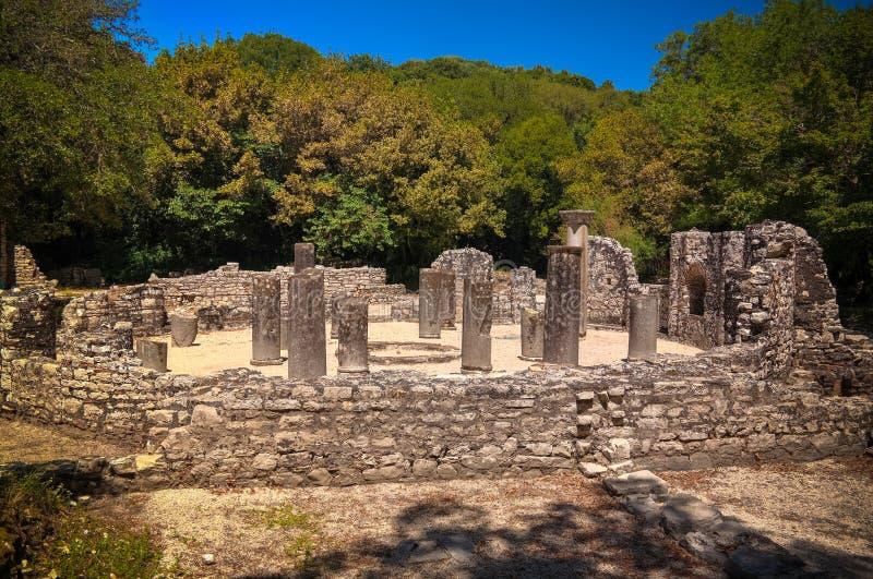 Panoramautsikten till rest av baptisteryen fördärvar av den forntida staden av Butrint, Sarande, Albanien royaltyfria bilder