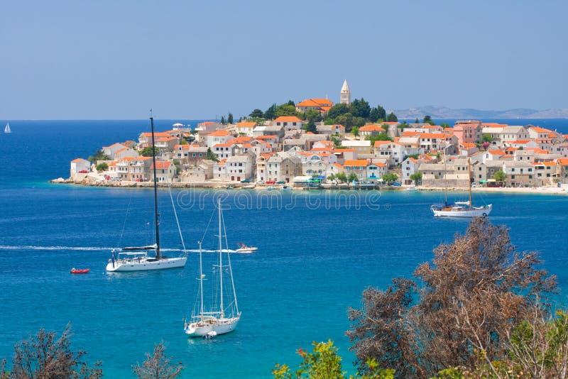 Panoramautsikter av den kroatiska kusten, Primosten nära Sibenik, Kroatien royaltyfri bild