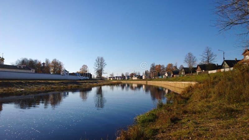 Panoramautsikter av floden Tikhvinka och väggarna av kloster fotografering för bildbyråer