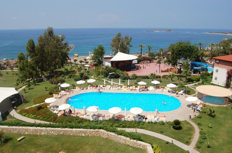 Panoramautsikter av havet och jordningen för lyxigt hotell i Alany royaltyfria foton