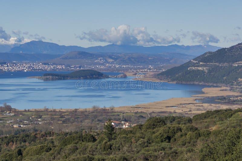Panoramautsikter av Ioannina sjön, Epirus fotografering för bildbyråer