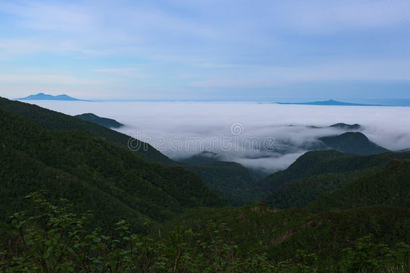 Panoramautsikter från den gröna Shiretokoen passerar runt om Mount Rausu i den Shiretoko nationalparken royaltyfri bild