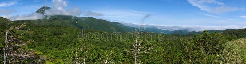 Panoramautsikter från den gröna Shiretokoen passerar runt om Mount Rausu i den Shiretoko nationalparken arkivbild