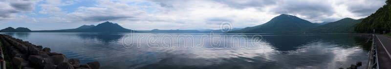 Panoramautsikter på härliga klara bergsjöar av den Shikotsu-Toya nationalparken royaltyfria foton