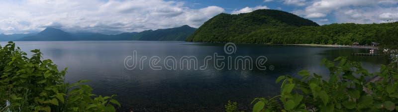 Panoramautsikter på härliga klara bergsjöar av den Shikotsu-Toya nationalparken royaltyfria bilder