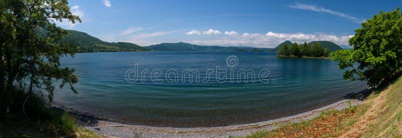 Panoramautsikter på härliga klara bergsjöar av den Shikotsu-Toya nationalparken fotografering för bildbyråer