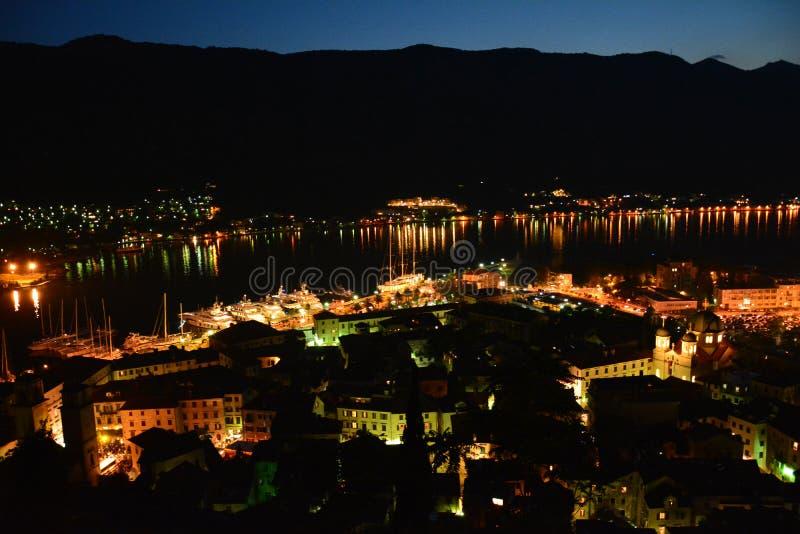 PanoramautsiktKotor gammal stad vid natten Montenegro royaltyfri bild