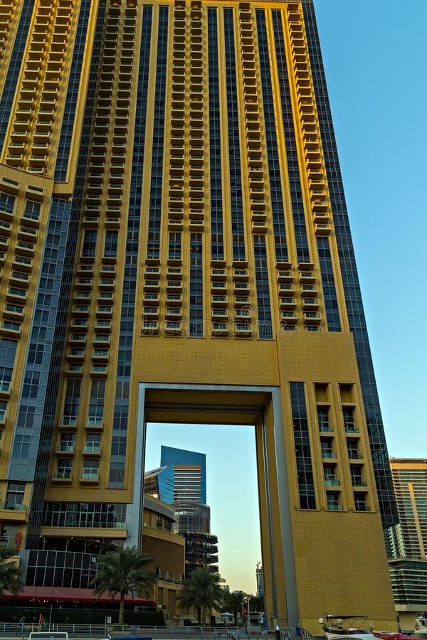 Panoramautsiktskyskrapor och vattenpir av den Dubai marina royaltyfri foto