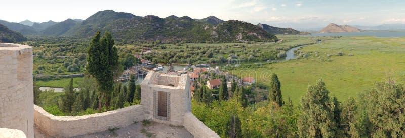 PanoramaVirpazar by och sjö Skadar, Montenegro royaltyfri foto