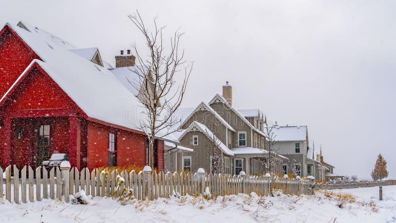 Panoramavoetafdrukken op poederachtige sneeuw langs de charmante huizen in de wintertijd in Utah royalty-vrije stock foto
