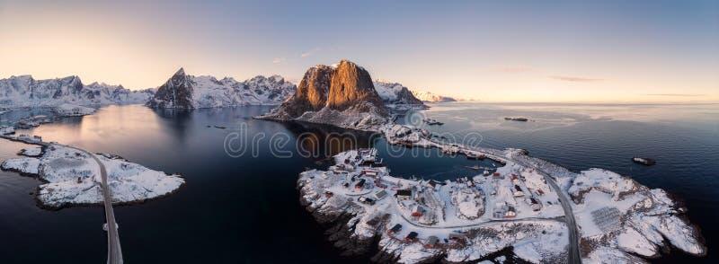 Panoramavogelperspektive von Archipel von Nordpolarmeer mit Fischen lizenzfreie stockfotografie