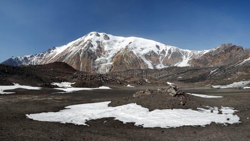 Panoramavulkanlandskap av den Kamchatka halvön royaltyfria foton